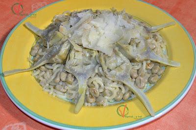 Ensalada tibia de pasta, alcachofas y habitas