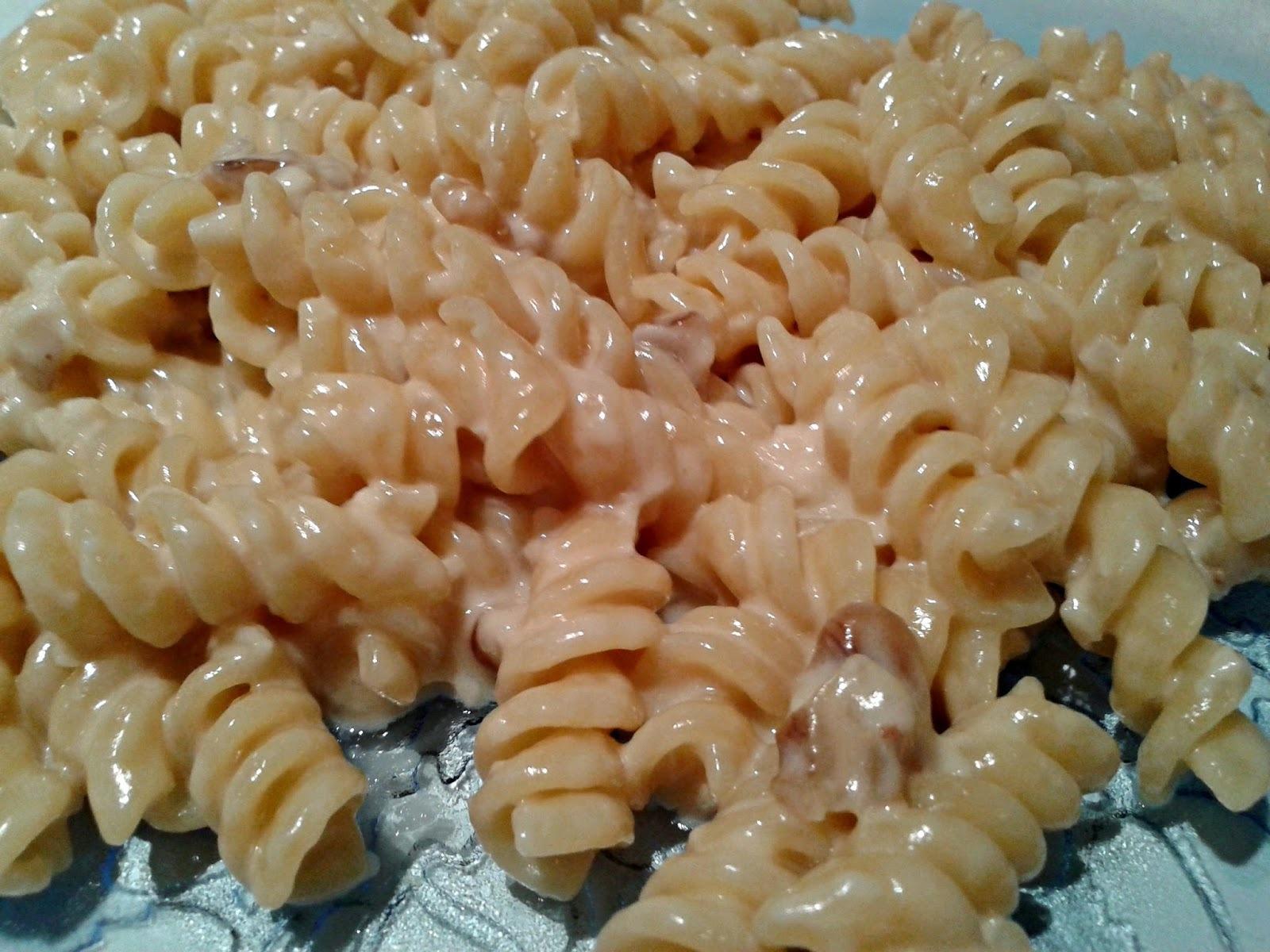FUSILLI CON CREMA DE FORMAGGIO E NOCI (tirabuzones con crema de (6) queso y nueces)