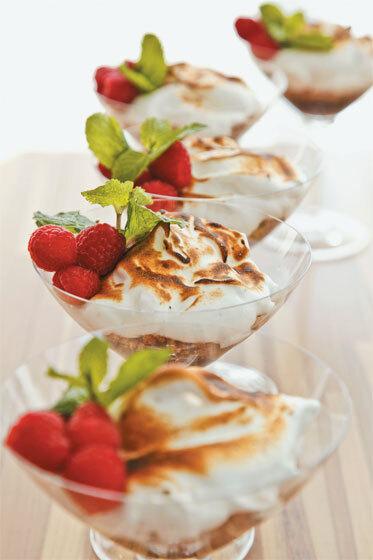 Creme de chocolate com frutas vermelhas e merengue