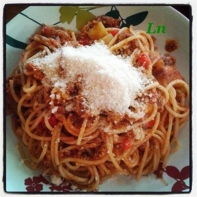 Spaghettis bolognèse aux légumes d'été , courgettes et poivrons
