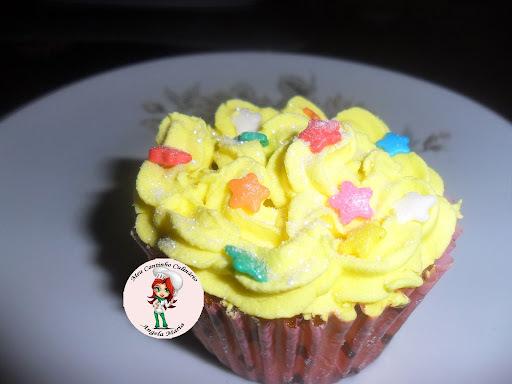 Cupcakes  de  nozes  com  cobertura de glacê real feitos na forma de cupcake da Mago