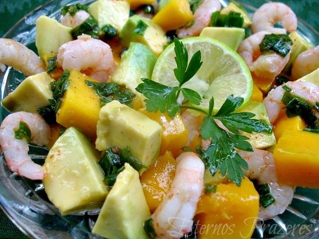 Salada de camarões, manga e abacate