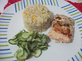 Salmão assado e arroz integral na panela de pressão