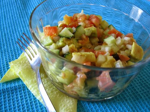 Temporada de saladas: saladinha de abacate, pepino e tomate