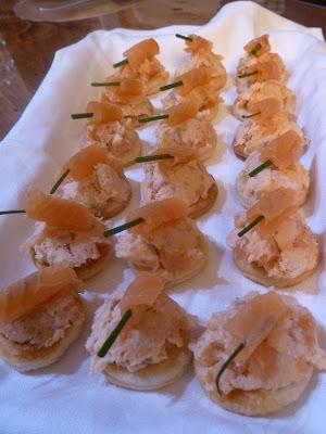 Toasts feuilletés aux rillettes de saumon et saumon fumé