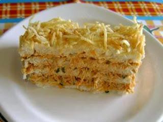 torta com pão de forma de frango com batata palha