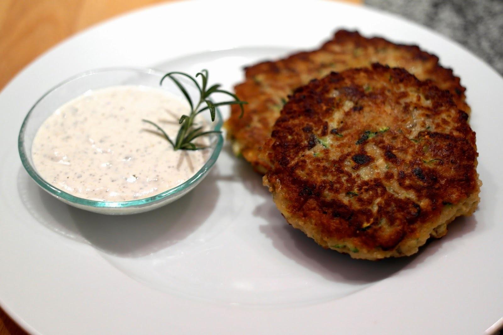Zucchini-Couscous Laibchen mit Basilikum-Dip