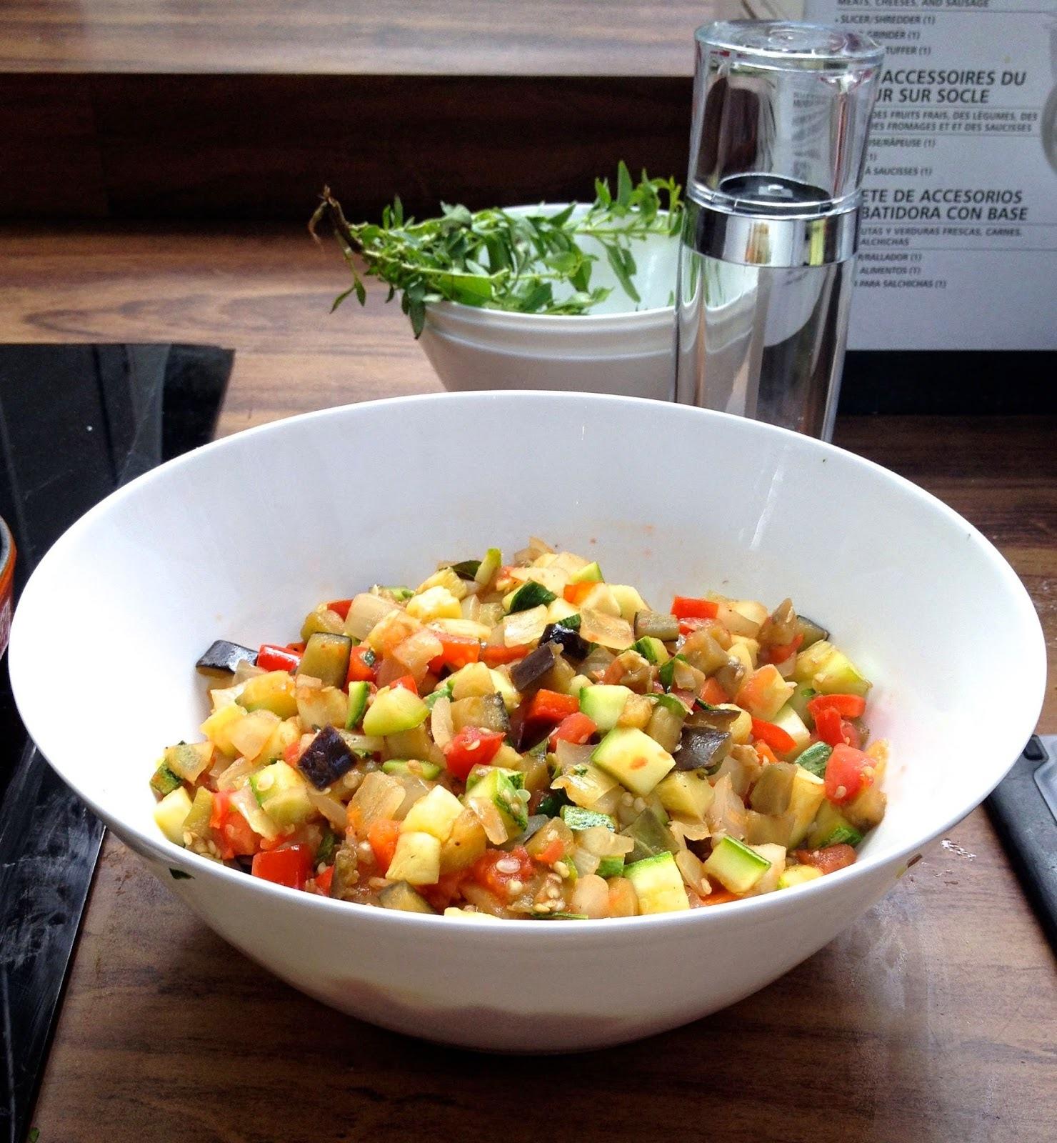 Salada de rúcula com ratatouille, tomatinhos e pesto