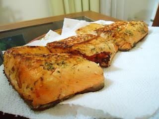 Receita: Salmão grelhado temperado no molho de ervas