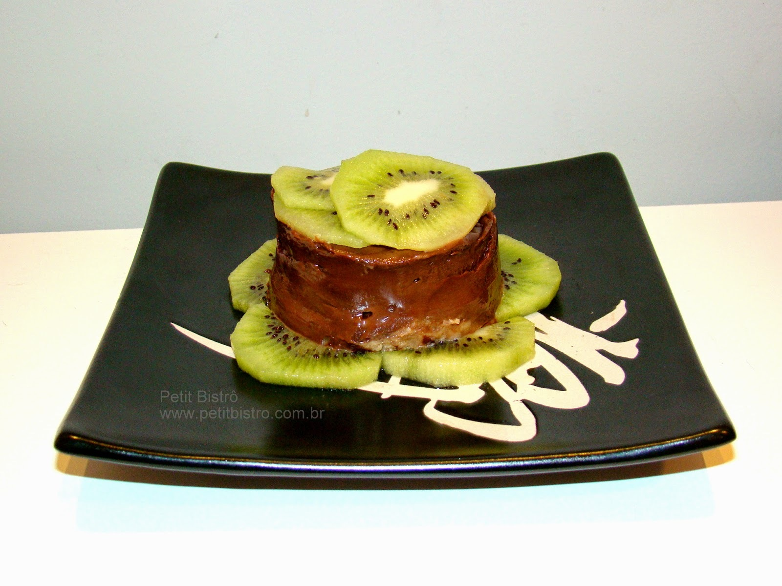 TORTA MOUSSE DE CHOCOLATE COM KIWI