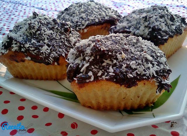 Cupcake com cobertura de brigadeiro e recheio de Bis