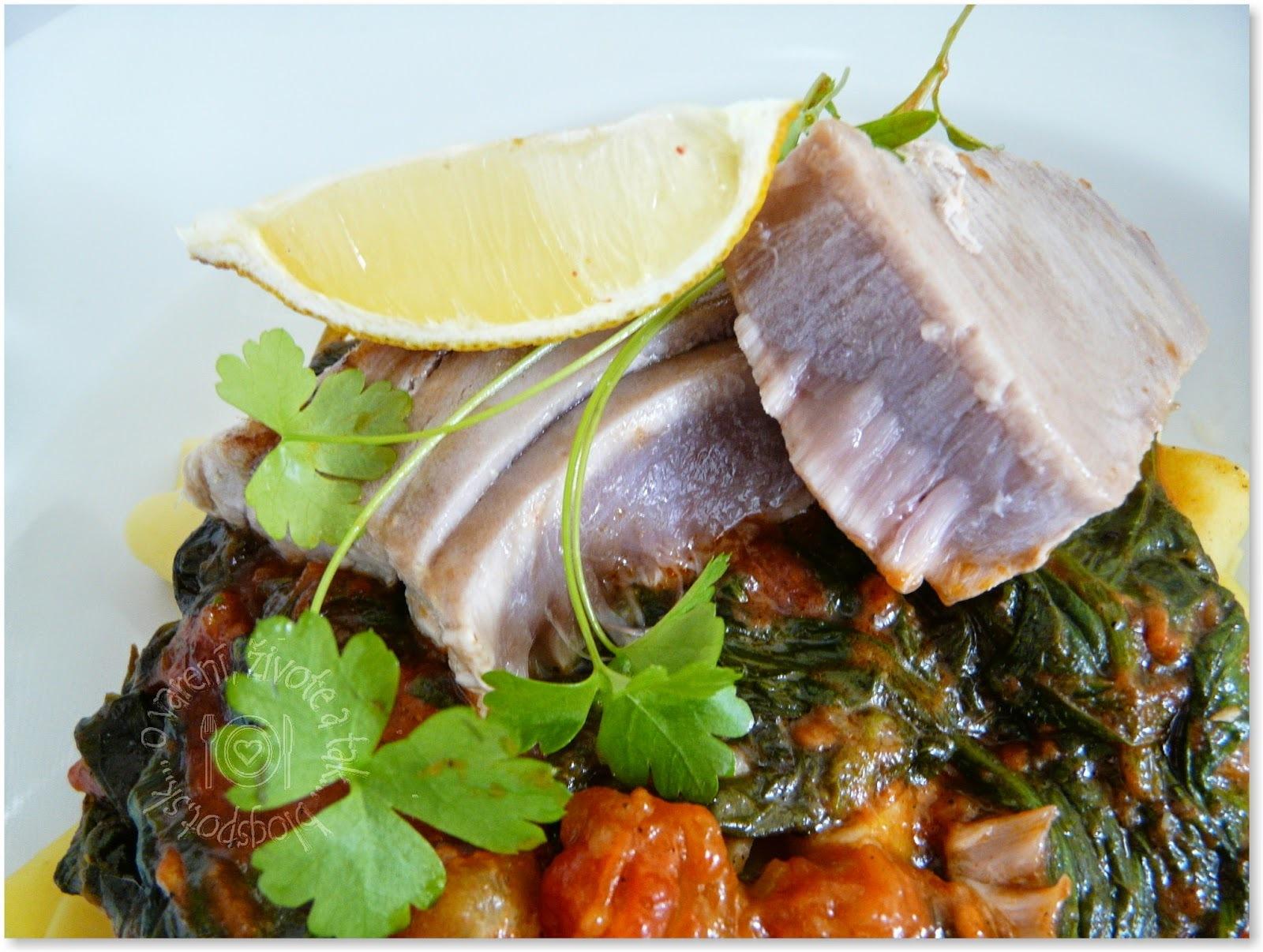 Tuniak s pappardelle, špenátom a paradajkami