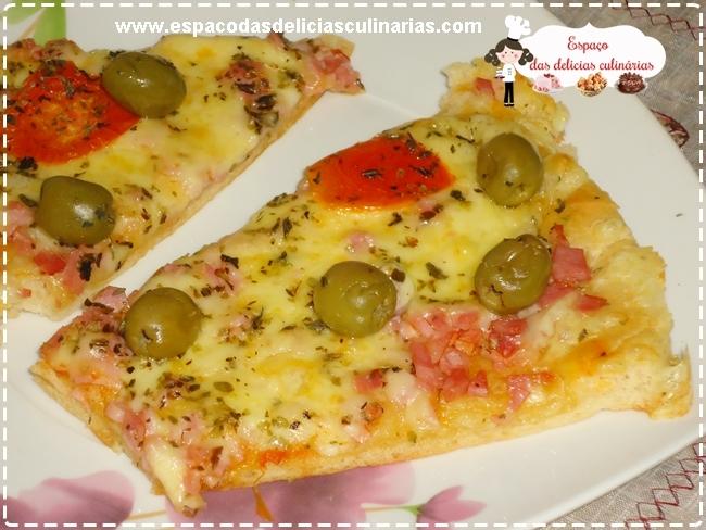 Pizza com massa fina, caseira, comemorando aniversário