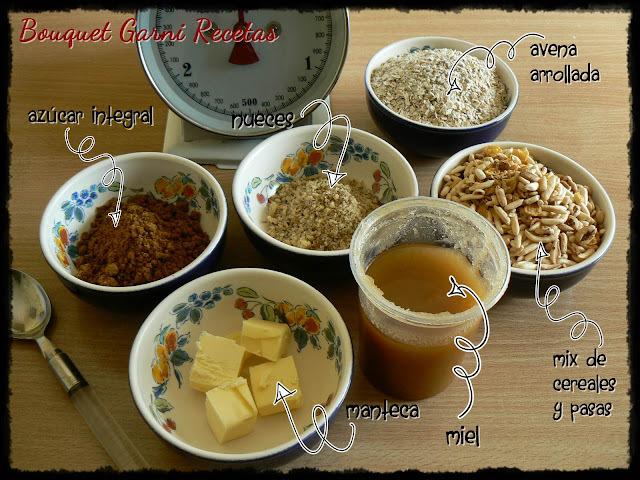 Bombones con corazón de cereales y frutos secos, bañados en chocolate semiamargo