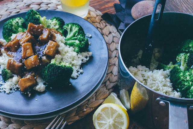 Šťavnaté tofu s karfiolovou ryžou a brokolicou