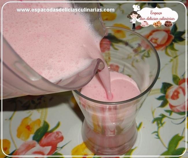 Creme de morango com polpa de fruta e sorvete