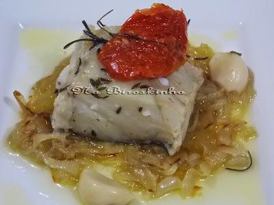 Bacalhau Confitado com Cebolas Caramelizadas