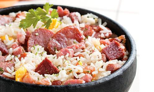 arroz temperado com bacon e calabresa
