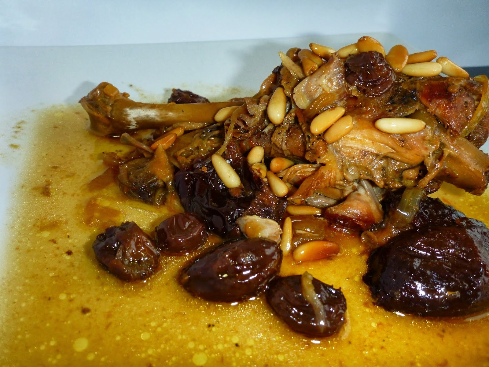 Pollastre de pagès amb prunes, panses i pinyons. Els pinyons.