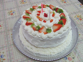 bolo confeitado com chantilly e bico pitanga