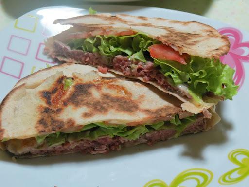 Sanduíche de Pão Sírio com Carne Moída