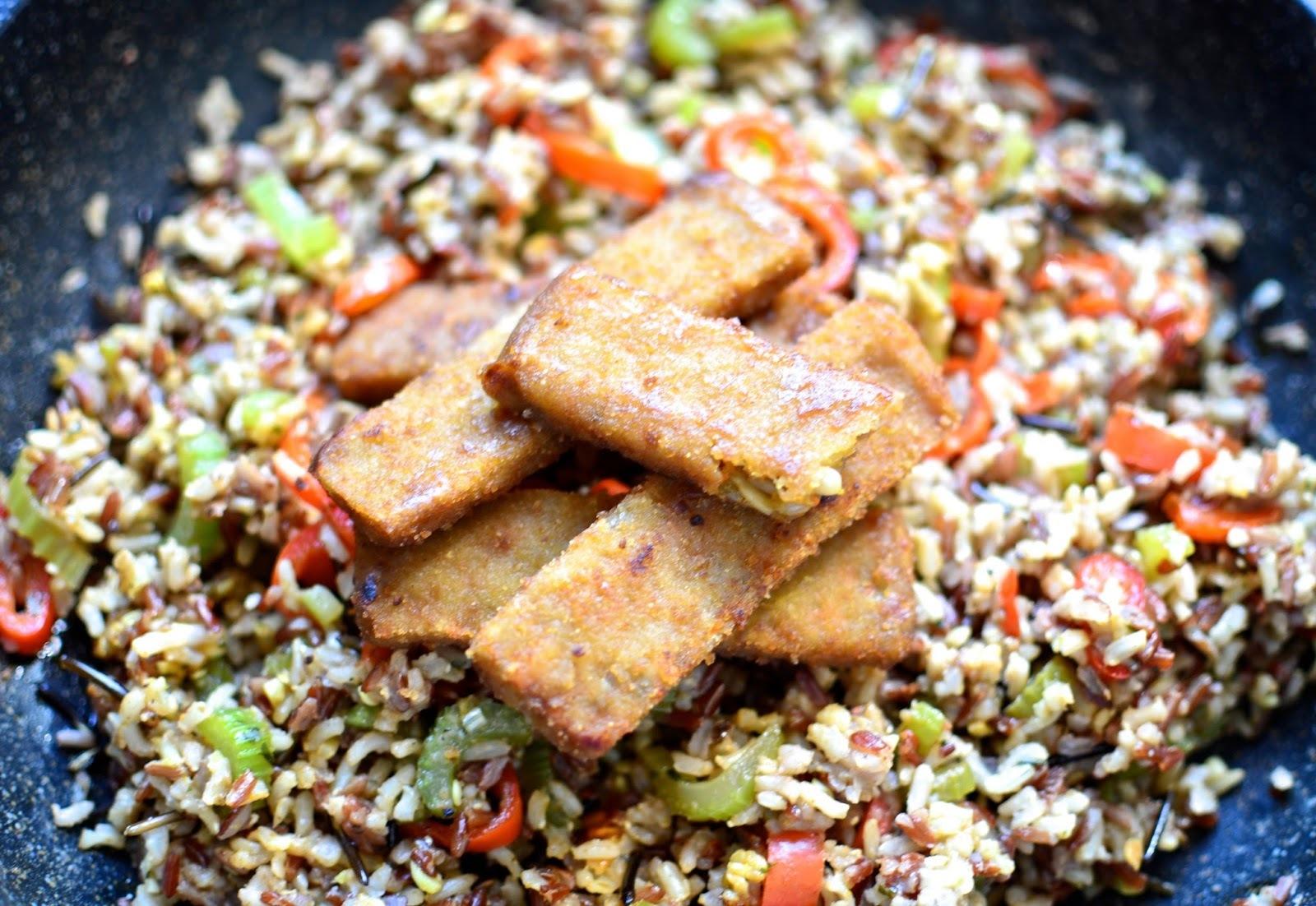 Pestrofarebná ryža s tofu prstami