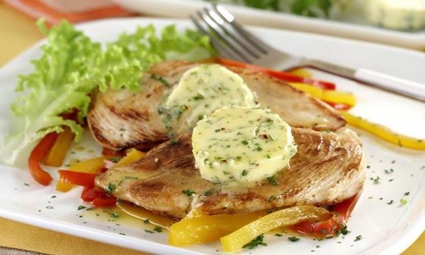 file de frango grelhado com legumes salteados