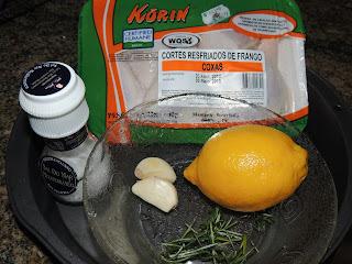 Arroz tricolor, frango com alecrim e limão siciliano e salada com broto de feijão.