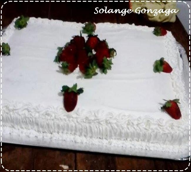 Bolo com creme de abacaxi, morangos e chantilly de Solange Gonzaga