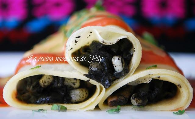 Crepas rellenas de huitlacoche bañadas con crema de jitomate
