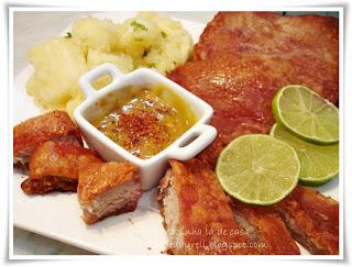 Panceta a Pururuca - Acompanhada de Mandioca Salteada na Manteiga de Alho e Cebolinha e Molho de Mostarda Picante