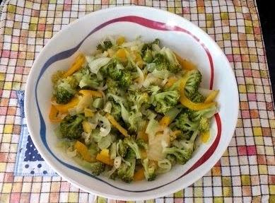 Salada Morna de Brócolis, Pimentão e Cebola