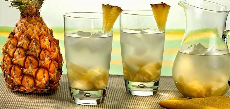 refresco de coco fresco com abacaxi fresco