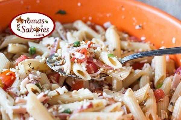 Salada de macarrão com salame, queijo, tomate e castanha