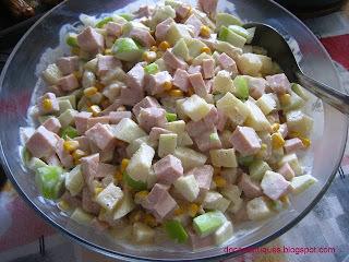 salada tropical com abacaxi e peito de peru defumado