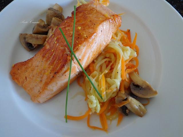 Lombos de salmão aromatizados com raspa de limão com juliana de legumes e cogumelos frescos