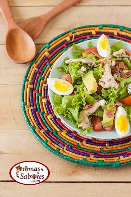 Salada de folhas com bacon, frango e abacate