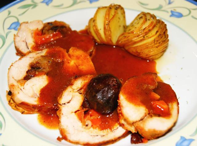 Pechuga de Pavo Rellena con Salsa de Ciruelas Pasa y Patata asada