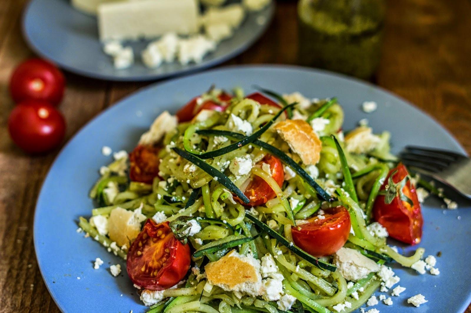 Cuketové cestoviny s pestom, balkánskym syrom a pečenými paradajkami