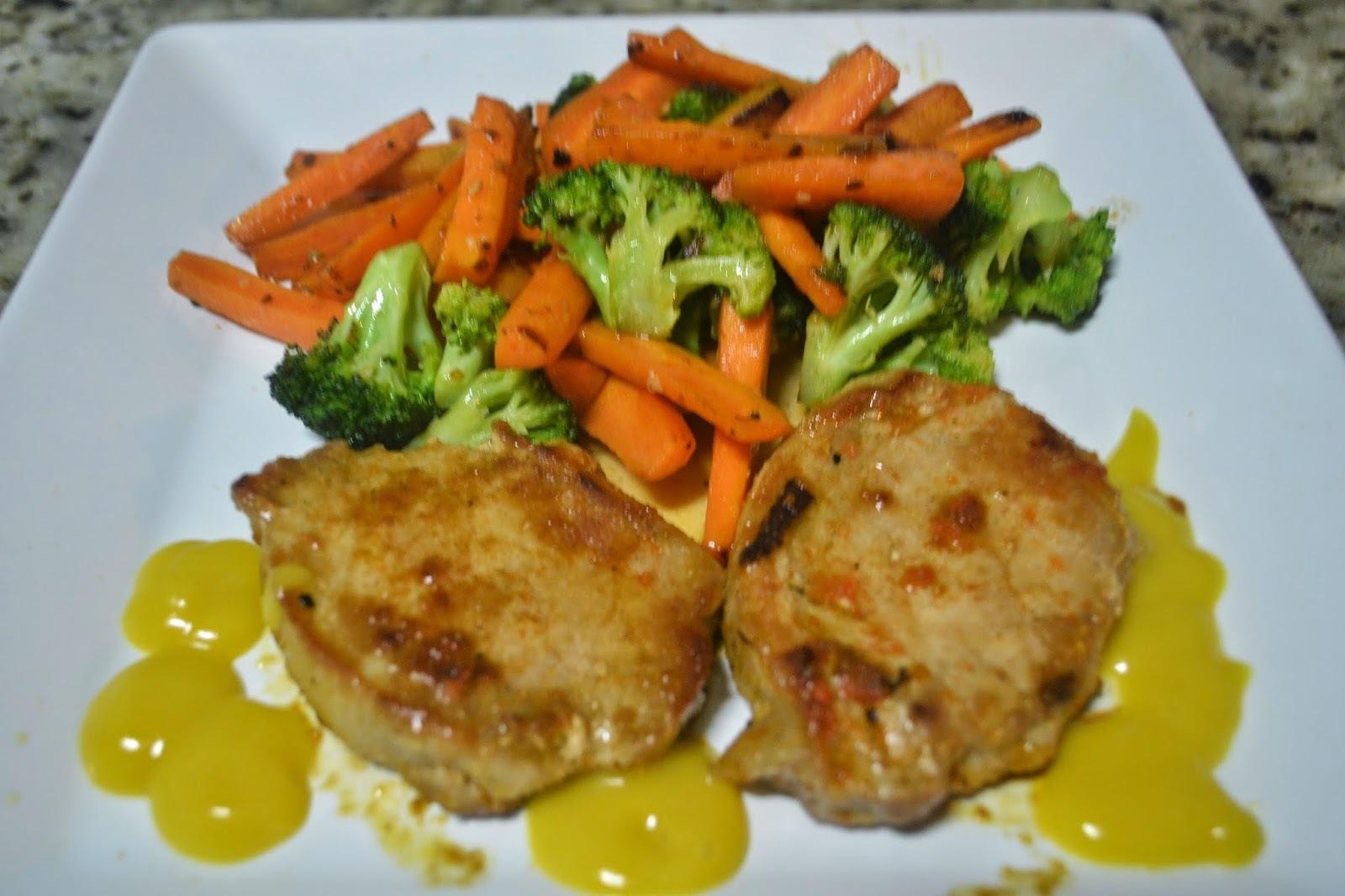 Bifes de lombo de porco com cenouras e brócolis salteados