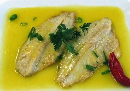 filé de peixe assado com molho branco e legumes