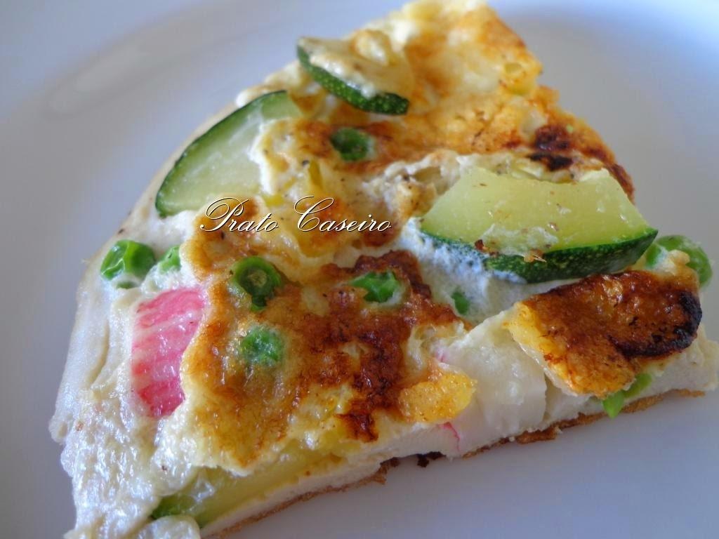Omelete de claras com queijo, ervilhas, courgette e delícias do mar