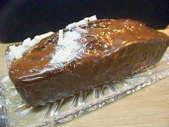 Cake à la banane et aux graines de pavot, glaçage chocolat Dulcey