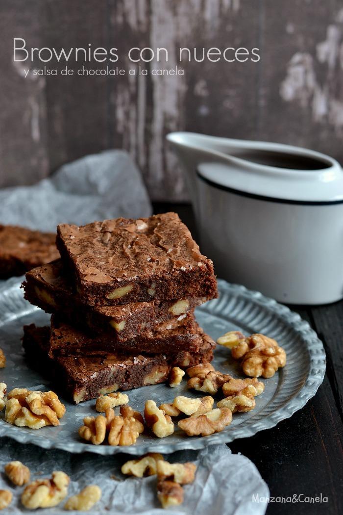 Brownies con nueces y salsa de chocolate a la canela