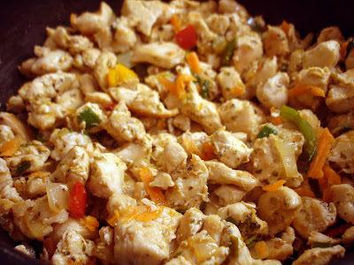 de salada de repolho com peito de frango
