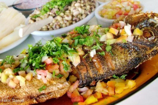 de peixe assado no forno com farofa na barriga