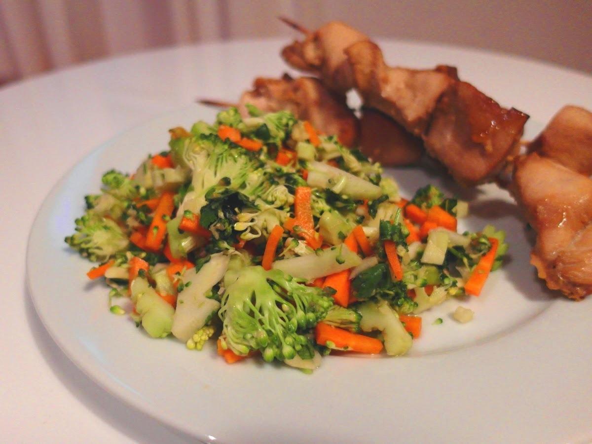 Ázijský brokolislaw s kuracími teriyaki špízmi