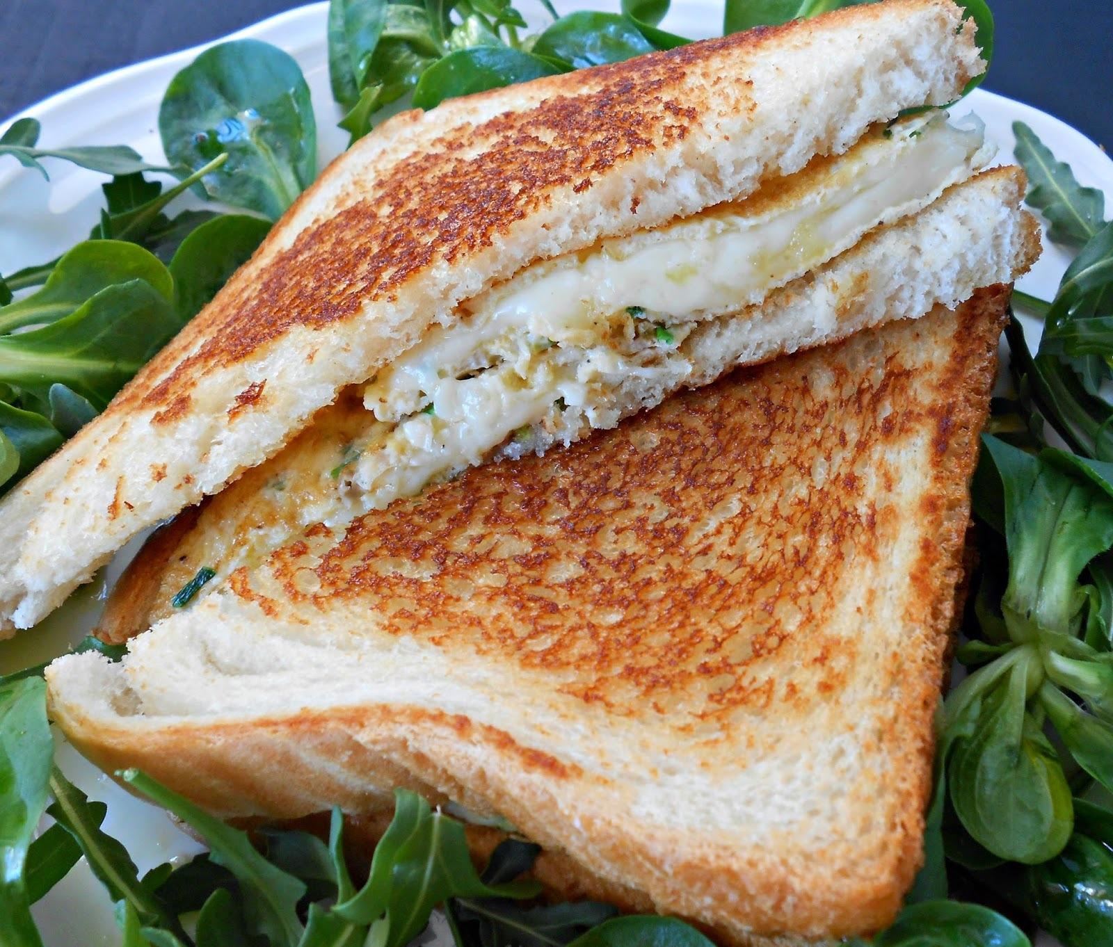 Sandwich de tortilla francesa, mozzarella y cebollino