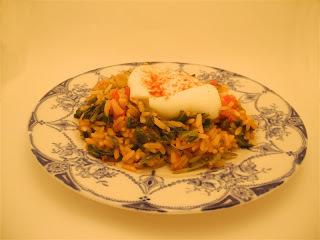 Arroz con espinaca y huevos poché