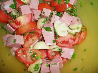 Salada colorida com mortadela